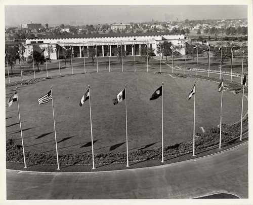 About_Building-History_UN-building-with-flags